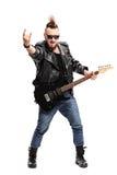 Punkgitarrist, der ein Rockzeichen macht Stockbild