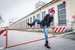 Punkkerl, der in den Stadtstraßen aufwirft lizenzfreies stockfoto