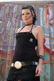 Punkmädchen durch Graffiti 002 Lizenzfreie Stockfotografie