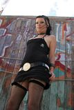 Punkmädchen durch Graffiti 003 Lizenzfreie Stockfotos