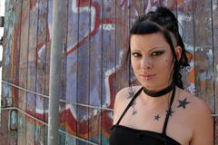 Punkmädchen durch Graffiti 004 Lizenzfreie Stockbilder