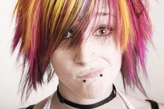 Punkmädchen mit dem hell farbigen Haar Lizenzfreies Stockfoto