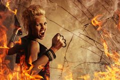 Punkmädchen mit einer Waffe Lizenzfreies Stockfoto