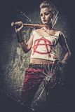 Punkmeisje achter gebroken glas stock fotografie