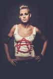Punkmeisje met armbanden stock foto