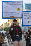 Punkmeisje op de demonstratie op het vierkant van Praag Wenceslas tegen de huidige overheid Stock Foto