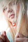 Punkowa dziewczyna bawić się z jej włosy Zdjęcia Stock