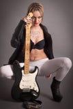 Punkowa dziewczyna z udziałami tatuaże i gitara elektryczna Obraz Royalty Free