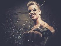 Punkowa dziewczyna za łamanym szkłem Zdjęcia Stock