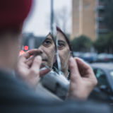 Punkowy facet patrzeje go w zniweczonym lustrze Zdjęcie Royalty Free