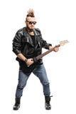 Punkowy muzyk bawić się gitarę elektryczną Obraz Stock
