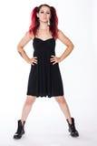 Punkrockflicka i stridkängor och svart klänning arkivbild