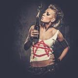 Punkrockflicka som röker cigaretten Arkivbild