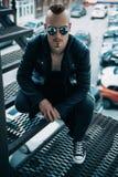 Punkrockman på gatan arkivbild