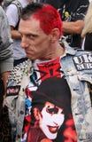 Punkschalthebel in verzierter Jacke an einem Musikfestival Stockfotografie