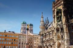 Punktów zwrotnych budynki w Marienplatz głównym placu Monachium Niemcy obraz stock