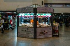 Punkt av försäljningen Vita-Italiana av italienska läckerhetostar, korvar, sötsaker och kakor på den centrala järnvägsstationen Arkivbild