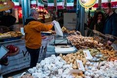 Punkt av försäljningen Vita-Italiana av italienska läckerhetsötsaker och kakor på den centrala järnvägsstationen Royaltyfri Bild