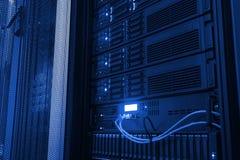 punkt av modern värddatorskivminne för sikt i datorhallen royaltyfria foton