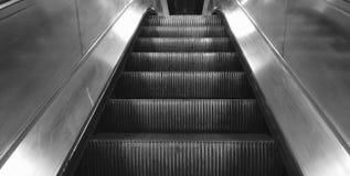 Punkt av sikten av en rulltrappa som uppåt går Arkivbild