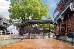 Punkt av sikten av Kina traditionella turist- fartyg längs kanaler av arkivbild