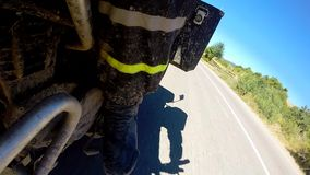 Punkt av sikten av en motorcykel som rider ner efterrättvägen lager videofilmer