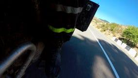 Punkt av sikten av en motorcykel som rider ner vägen arkivfilmer