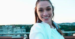 Punkt av sikten av grabben som följer hans unga nätta lyckliga flickvän med naturligt smink och älskvärt leende längd i fot räkna lager videofilmer