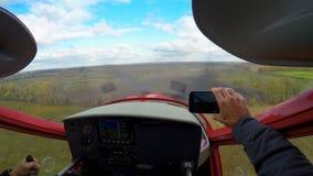 Punkt av sikten av lyckliga manliga filmandesportar hyvlar landning på smartphonen, ytterlighet arkivfilmer