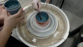 Punkt av sikten på att måla krukmakerit stock video