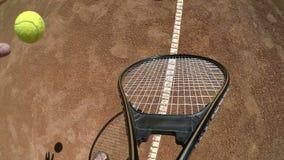 Punkt av siktsslutet upp med handen som studsar en tennisboll och en hållande racket lager videofilmer