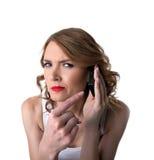 Punkt der jungen Frau auf Handy mit misstrauischem Stockbilder