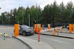 Punkt des Führens von Autos zum Flughafenparken Selbst-Antriebe oben zum Schlackeboom- und Zahlungsanschluß lizenzfreie stockfotos