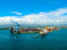 Punkt-ein-Pitre, Guadeloupe - 9. Februar 2013: Frachtschiff koppelte im Hafen von Pointe-a-Pitre in Guadeloupe an Lizenzfreies Stockfoto
