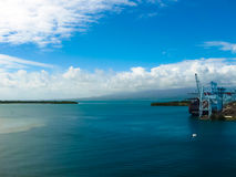 Punkt-en-Pitre Guadeloupe - Februari 09, 2013: Lastfartyget anslöt i porten av Pointe-a-Pitre i Guadeloupe Arkivbild