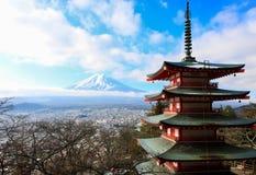 Punkt för den bästa sikten av den röda pagoden med moln vinkar och fuji Arkivbilder