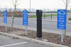 Punkt för elektrisk uppladdning för medelbilcyklar, fritt som ingen laddning fungerings i shoppinggalleriadetaljhandel parkerar i Royaltyfri Fotografi