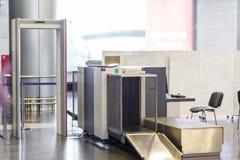 Punkt för flygplatssäkerhetskontroll med metalldetektorn Arkivbild
