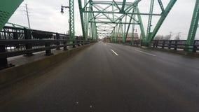 punkt för 4K UltraHD av drev för sikt (POV) över en bro arkivfilmer