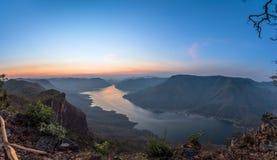 Punkt för Mae Ping flodsikt Soluppgång ovanför sjön och berget royaltyfria bilder