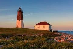 Punkt Judith Lighthouse på Atlantic Ocean på solnedgången Royaltyfri Bild