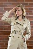 punkt obserwacyjny trenchcoat kobieta Obrazy Stock