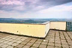 Punkt obserwacyjny z ścianą i poręczem na górze Lovos wzgórza z widoku Radobyl wzgórzem Obraz Royalty Free