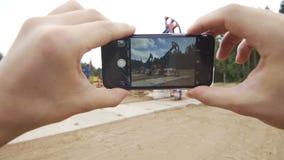 Punkt widzenia bierze obrazek nafcianej pompy dźwigarki z telefonem komórkowym zbiory