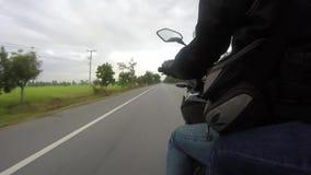 Punkt widzenia motocyklu jeździec na wiejskiej drodze w Thailand zdjęcie wideo