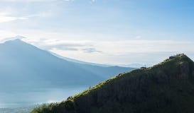 Punkt widzenia na szczycie Batur wulkan z widokiem Agung wulkan Fotografia Stock