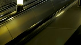 Punkt widzenia nowożytny eskalatoru wydźwignięcie iść up w staci metru Eskalator wzrasta w metrze zbiory wideo