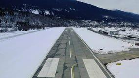 Punkt widzenia, samolot zdejmuje pas startowego śnieżny halny lotnisko, 4k zdjęcie wideo