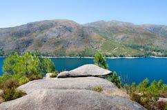 Punkt widzenia, skała, jezioro Vilarinho da Furna tama, park narodowy o Fotografia Royalty Free
