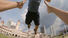 Punkt widzenia slowmotion strzał szczęśliwy ojca podrzucanie w górę jego syna w parku zbiory wideo